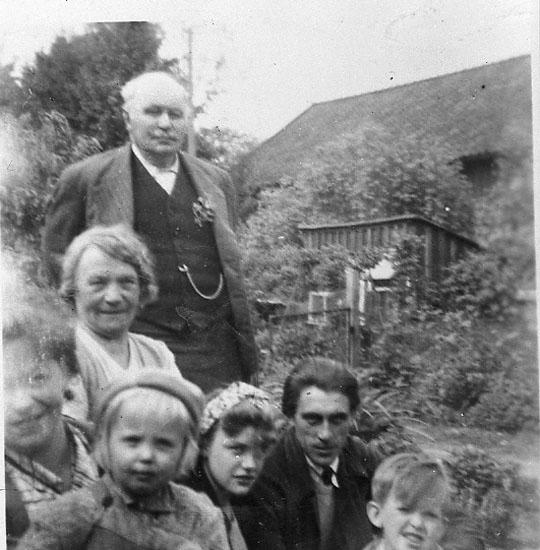 """Enligt fotografens journal nr 8 1951-1957: """"Öberg, Trädgårdsmästare Norum Här""""."""