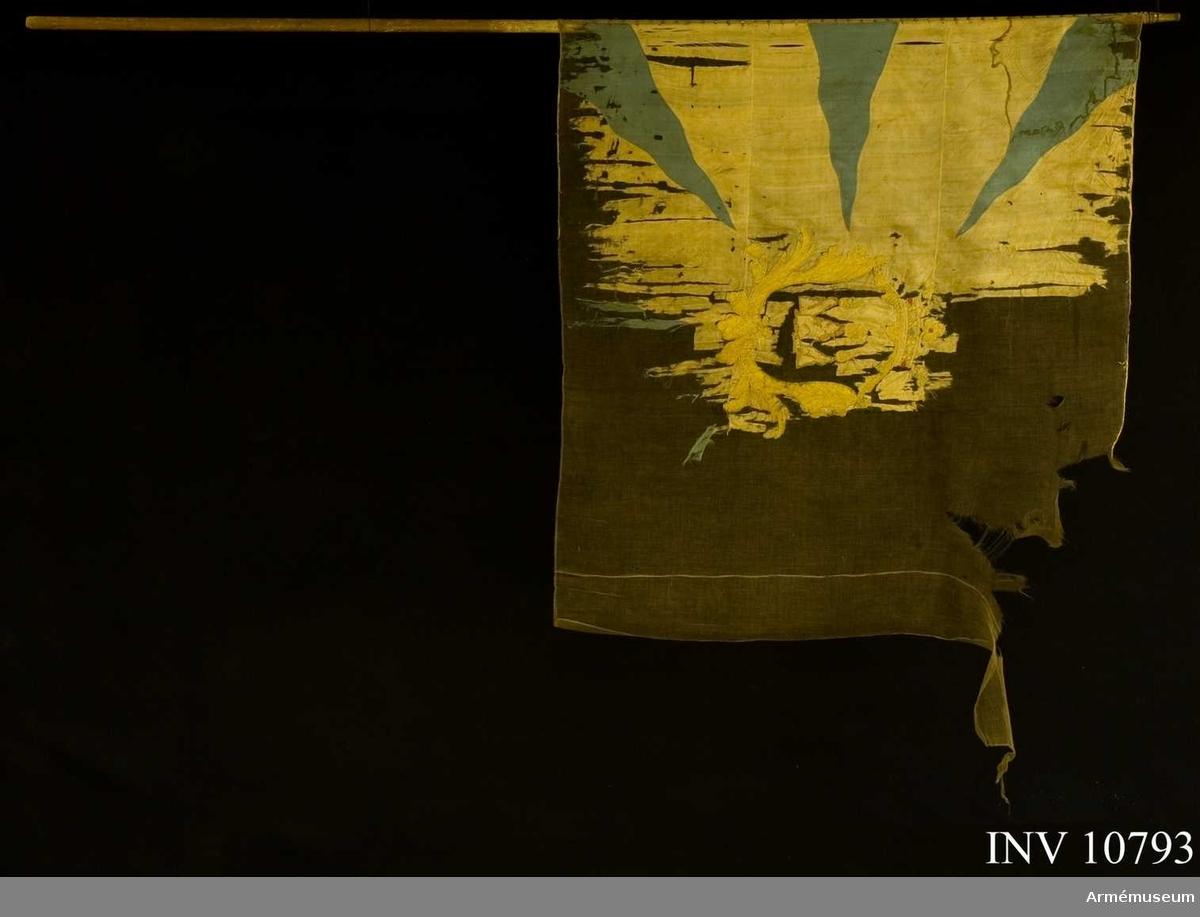 Grupp B II (?).  Duk: Tillverkad av vit sidenkypert med från hörnen och sidorna inåtgående blå flammor.   Dekor: I mitten en gul sköld med västmanlands vapen (tre eldsprutande  berg).