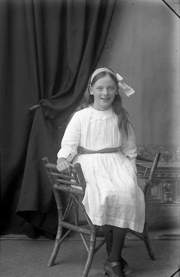"""Enligt fotografens journal Lyckorna 1909-1918: """"Gustafsson, Viola Lyckorna""""."""