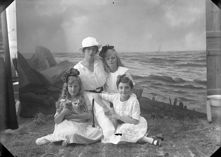 "Enligt fotografens journal nr 4 1908-1922: ""Kindal, Konsul (barnen) Ön""."