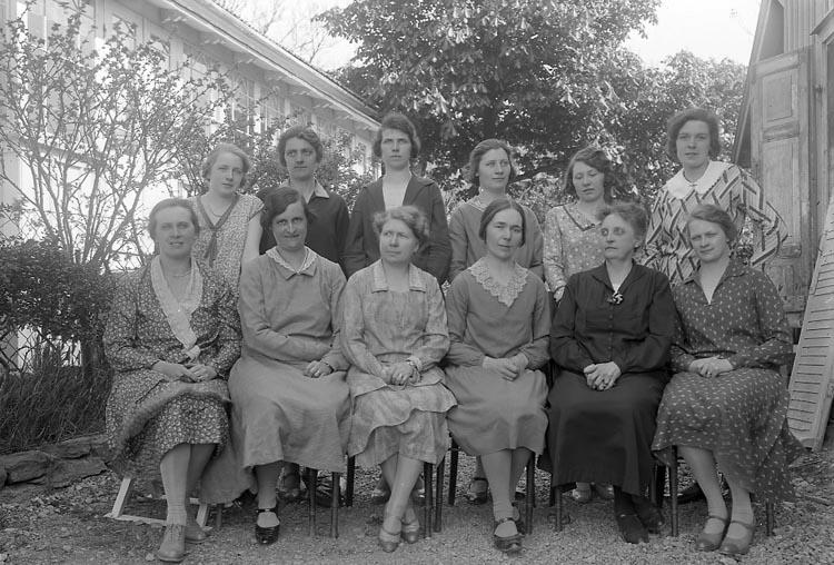 """Enligt fotografens journal nr 6 1930-1943: """"Vävkursen Stenungsund""""."""