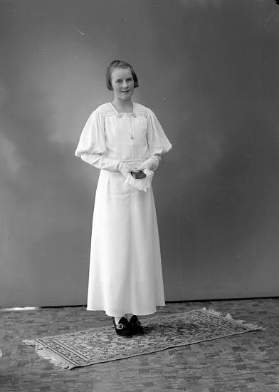 "Enligt fotografens journal nr 6 1930-1943: ""Sjöberg, Ingrid Stenungsund""."