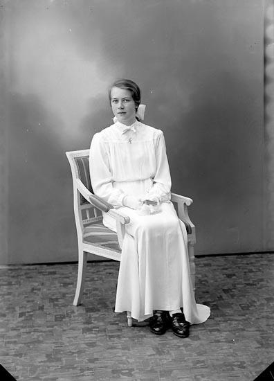 """Enligt fotografens journal nr 6 1930-1943: """"Jacobsson, Kerstin Bräcke Ödsmål""""."""