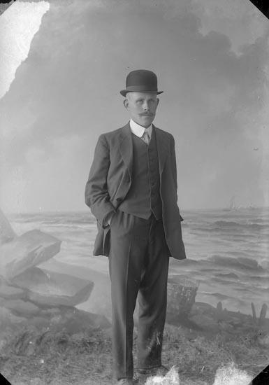 """Enligt fotografens journal nr 2 1909-1915: """"Wahlström, H. Här""""."""