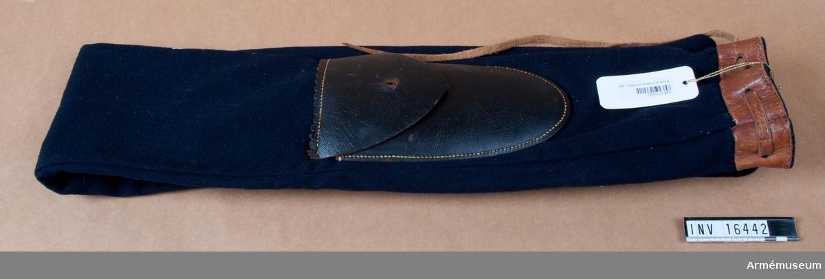 Fodral till fana Blekinge bataljon m/1867. Av mörkblått kläde med topp, ficka och åtdragsskoning av läder.