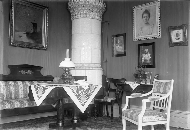 """Enligt fotografens notering på glasplåten: """"1923 Stadsfogde Mobergs G-b-g""""."""