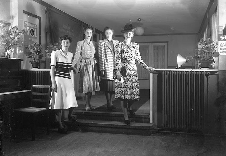 "Enligt fotografens journal nr 7 1944-1950: ""Köpmannaföreningens mannekänguppvisning"". Enligt fotografens notering: ""Köpmannaföreningens mannekänguppvisning Strand Hotell""."