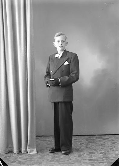 """Enligt fotografens journal nr 7 1944-1950: """"Jacobsson, Folke Hellesdalen, Svenshögen""""."""