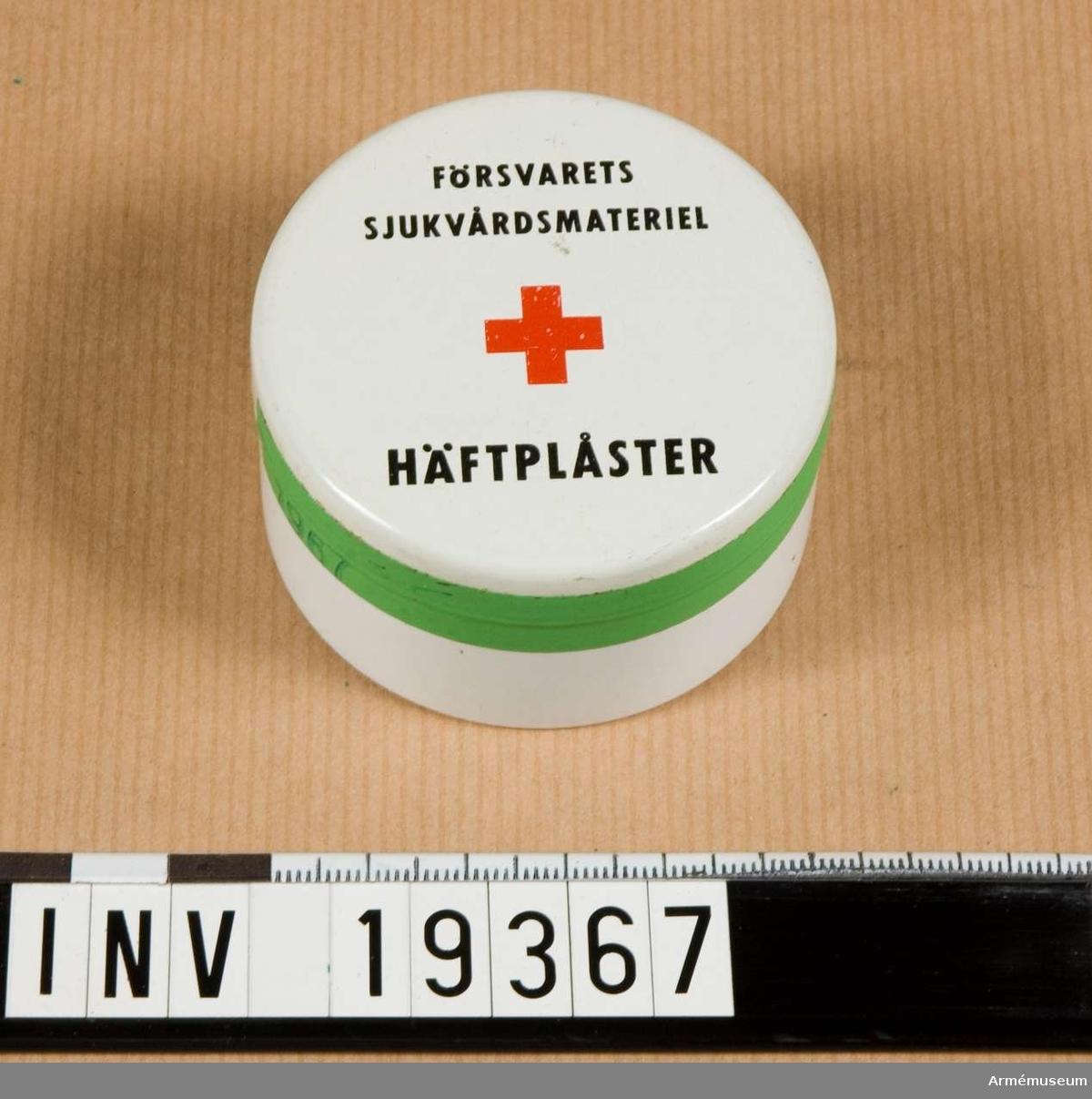 Häftplåster 5 m x 2,5 cm. Rulle i en plåtask. Märkt: Försvarets Sjukvårdsmateriel rödakorsmärke Häftplåster 1967.