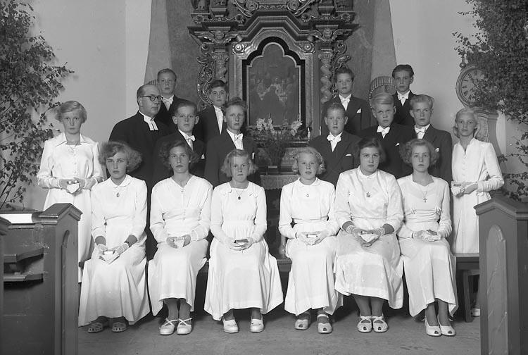 """Enligt fotografens journal nr 8 1951-1957: """"Konfirmanderna Komminister Nyblom Jörlanda""""."""