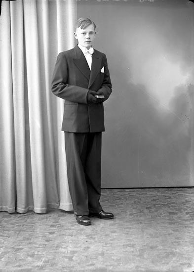 """Enligt fotografens journal nr 8 1951-1957: """"Gunnarsson, Ingemar, Järnklätt Stenungsund""""."""