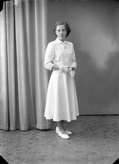 """Enligt fotografens journal nr 8 1951-1957: """"Hansson, Birgitta, Torp Stenungsund""""."""