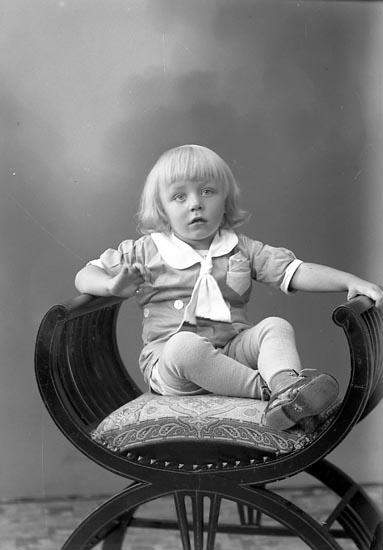 "Enligt fotografens journal nr 6 1930-1943: ""Berntsson, Gilbert Kil, Hjälteby""."