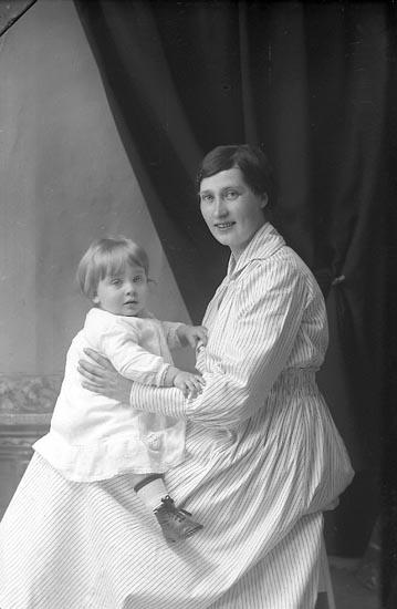 """Enligt fotografens journal Lyckorna 1909-1918: """"Malmkvist, Therese Brattefors Ljungskile""""."""