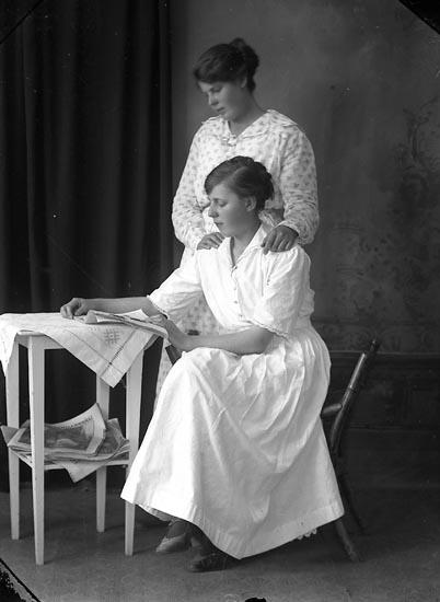 """Enligt fotografens journal Lyckorna 1909-1918: """"Greta Wallén Arendal Ljungskile""""."""