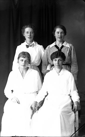 """Enligt fotografens journal Lyckorna 1909-1918: """"Augusta Dalin adr. Setterström Lyckorna""""."""