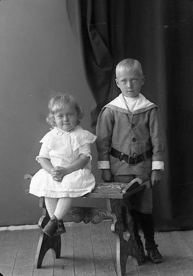 "Enligt fotografens journal nr 4 1918-1922: ""Larsson, Karl Almesund, Hjälteby""."