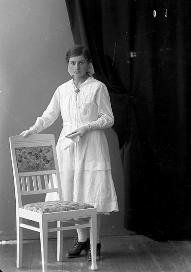 "Enligt fotografens journal nr 4 1918-1922: ""Andersson, Florence Svanvik, Höviksnäs""."