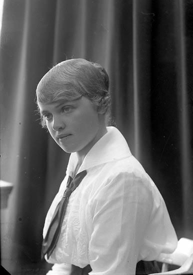 """Enligt fotografens journal nr 3 1916-1917: """"Wennerberg, Maja Här""""."""