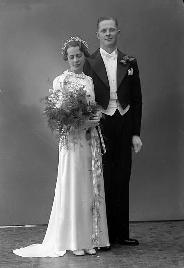 """Enligt fotografens journal nr 6 1930-1943: """"Sundberg, Brudparet Här""""."""