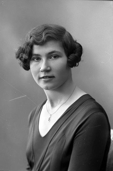 """Enligt fotografens journal nr 6 1930-1943: """"Lindgren, Elina adr. Sten, Här""""."""