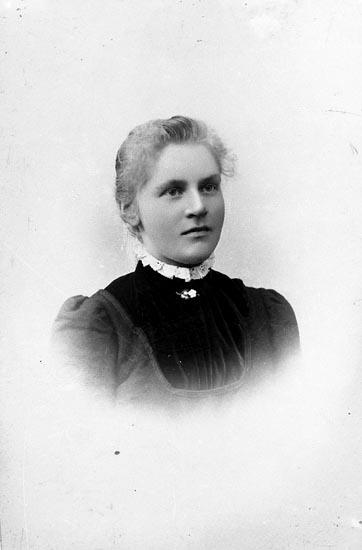 """Enligt fotografens journal nr 6 1930-1943: """"Adolfsson, Fru Stenungsund kopia""""."""