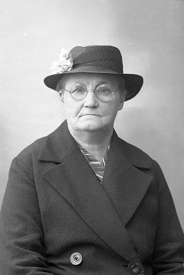 """Enligt fotografens journal nr 6 1930-1943: """"Johansson, Fru Alma Svanesund""""."""