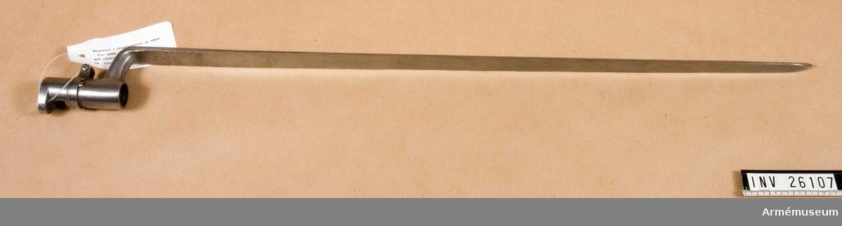 Grupp E II.  Bajonetten liknar den till 1855 års gevär använda, har trekantig stukatklinga och är blank, fastän den egentligen skulle vara brungjord. Hylsan är 66 cm lång. Klackspåret är böjt i två vinklar och nedtill överbryggat. En liten förstärkningsring, som nedåt är avsneddad men uppåt tvärt avslutas, sitter 23 mm ovanför hylsans nedre ände. Omedelbart ovanför denna ring går en rörlig dylik kring pipan. Den rörliga ringens ändar är utåtvikta och förstärkta samt förenas genom en skruv. I de förenade ringändarna är en brygga för den kombinerade kornet-bajonettklacken utfilad. Ett i hylsan insatt skift hindrar att den rörliga ringen går framåt på pipan samt att ringen vrides mer än 1/4 varv. Den del av den rörliga ringen, som ligger an mot bajonettklacken, blir så småningom bredare så att man kan säkert fastlåsa bajonetten genom att vrida lite mera eller mindre på ringen, om bajonettklacken är kortare eller längre än normalt.  På klingans insida står 32, 1880 och årtalet 1862.  Samhörande nr 26016-7, gevär, bajonett.