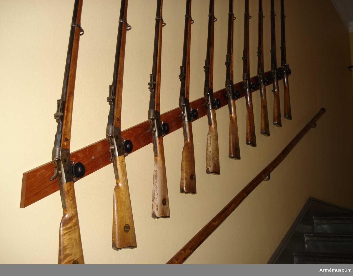 Samhörande gåva: 26300-27299, gevär.Gevär m/1867-89.Grupp E II f.DEP  1950-12-23.Angående depositioner: Se AM 26300.