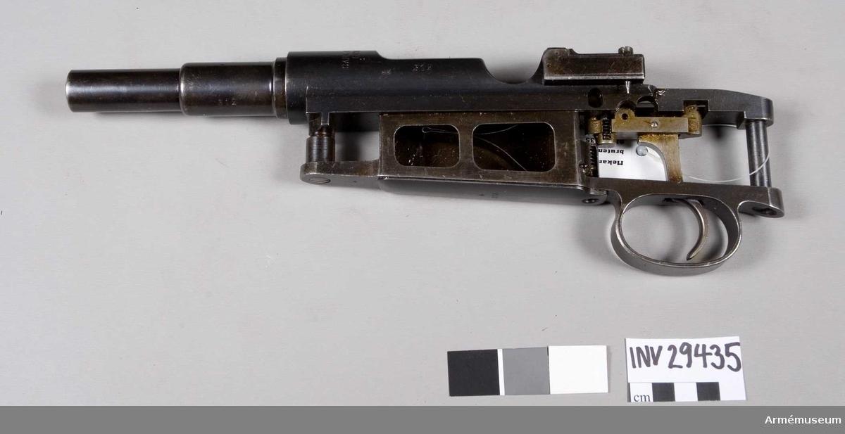 Grupp E II. Mekanism till mausergevär m/1896. Mekanismen genombruten.