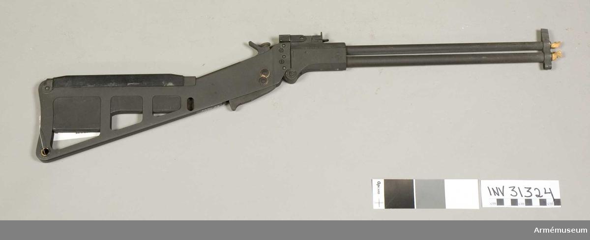 Samhörande nr är 31324-5, jaktgevär, påse. Jaktgevär att användas av flygare. Grupp E II.  Neg.nr E 74/788-E 74/797.Kaliber 22=5,56 mm och 410=10 mm (jaktpatron).Orginalbenämning: Rifle-Shotgun, Survival, Cal..22/.410 gage, M6 (T 39).Vapnet är försett med två pipor, över/under, den grövre underst. Det är hopfällbart och användes för jaktändamål, dvs för anskaffande av mat i händelse av nödlandning i obeboddda eller i av fienden hållna områden.Vapnet är beslagtaget; ägaren okänd. Gåva till AM.