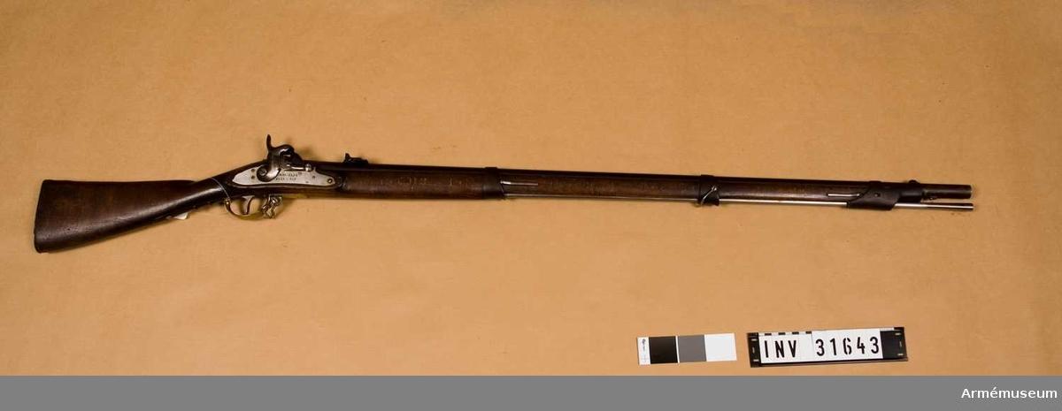 Gevär med slaglås.Miniés system. Ändrat från gevär m/1828-41.  Enligt kapten Stöckel skedde ändringen till miniegevär år 1861.Av militäryp. Fem stycken räfflor.  Räfflat med slaglås för infanteriet. Uppräfflat från 1941 års förändringsmodell från flintlåsgevär m/1828.  Samhörande nr AM.030101, bajonett.
