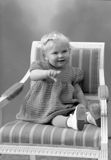 """Enligt fotografens journal nr 7 1944-1950: """"Olsson, Elvy, adr. Elof O. Krabberöd Varekil""""."""