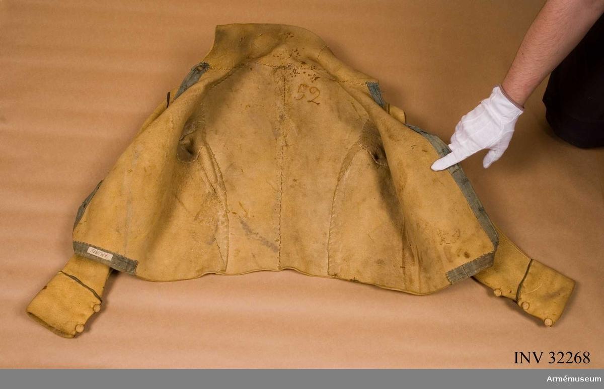 Grupp C I. Av sämskat skinn skodd med blått linne. Märkt på insidan med nummer 52.