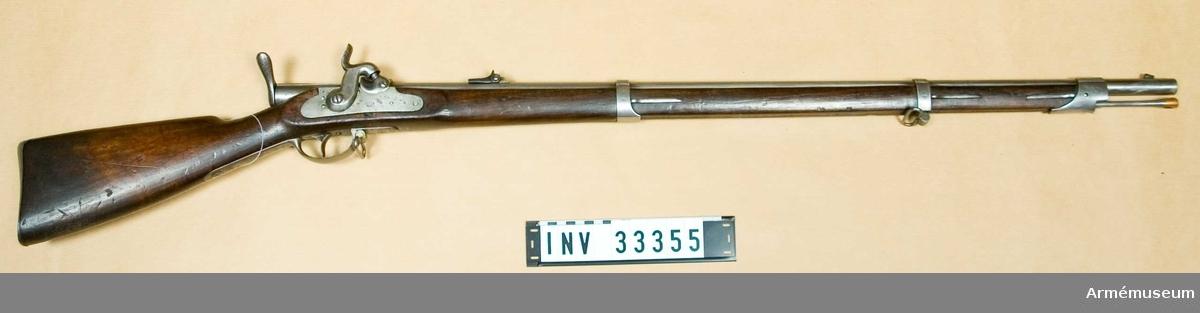 Grupp E II Från Bayern. Loppets rel. l:66 kal. Antal räfflor 4 st. Räffelstinging 1 varv på 150 cm. Vapnet är ett gevär m/1858 (se AM 1932:33339) som enligt Linder-Brauns system ändrats till bakladdning. Geväret är avsett för papperspatroner och har slaglåset kvar oförändrat. Kal 13,9.  Samhörande nr AM.33355-6