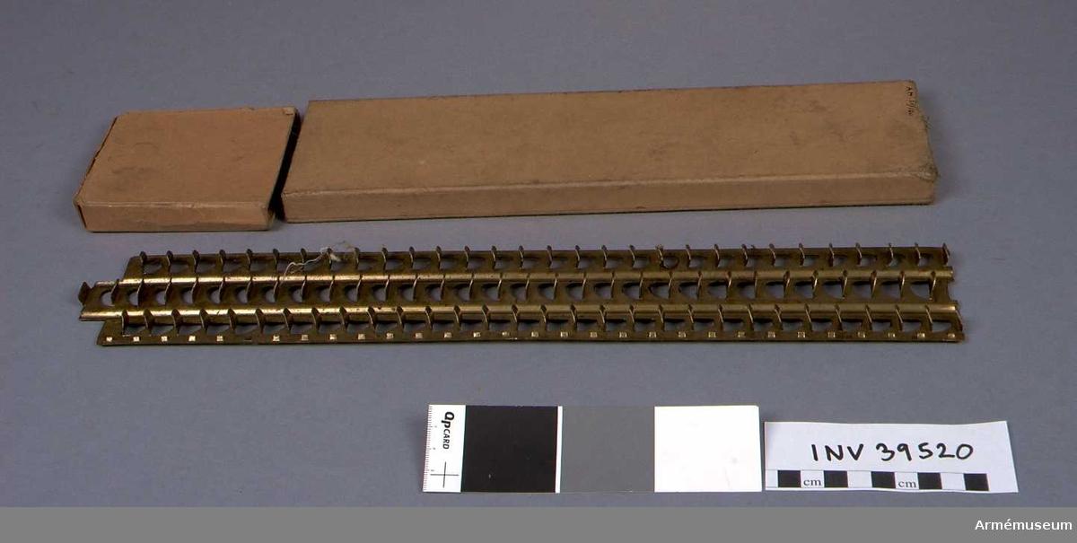 Samhörande nr 39517-23. Grupp E IV a. Samhörandet består av kulspruta, lavett, fodral till kulspruta, två laddramar, laddramspress, lösskjutningspropp. DEP  1983-03-23 hos I 17 reg.musem.