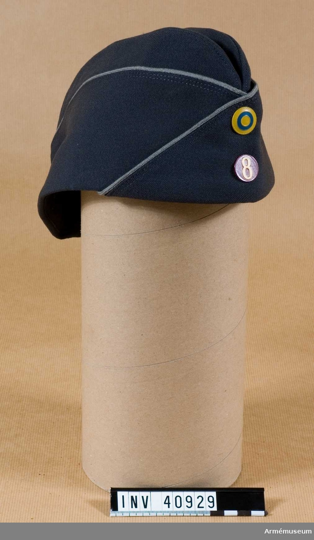 Grupp C I. Uniform för menig vid Smålands artilleriregemente. Består av vapenrock, långbyxor, skjorta, slips, båtmössa, livrem.