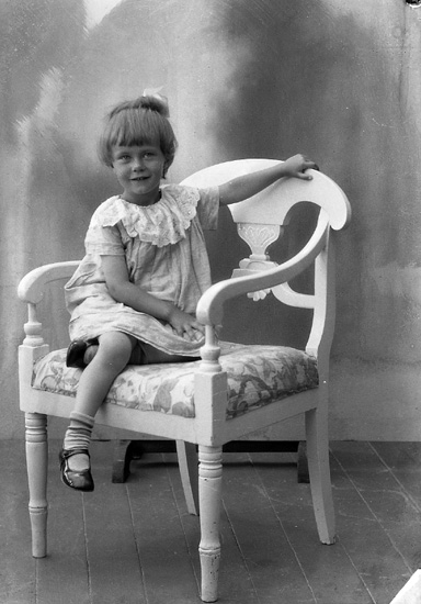"""Enligt fotografens journal nr 5 1923-1929: """"Rignell, Kerstin, Stigen, Färgelanda""""."""