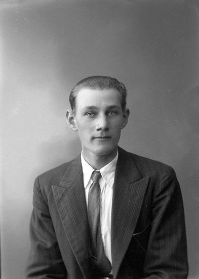 """Enligt fotografens journal nr 6 1930-1943: """"Andreasson, Bertil Kåkenäs Här""""."""