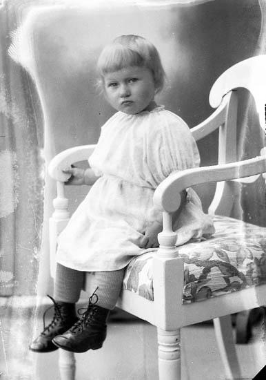 """Enligt fotografens journal nr 5 1923-1929: """"Nilsson, Gussie Stenungsund""""."""