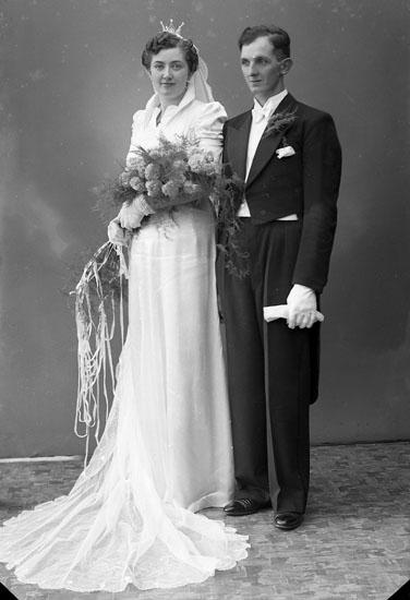 """Enligt fotografens journal nr 6 1930-1943: """"Olsson, Brudparet (Charkuteriet) Ödsmål""""."""