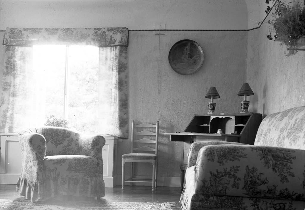 """Enligt fotografen: """"D. 25 juli 1935 (Gästrummet) Konsulinnan Aspegren Stenungsön""""."""
