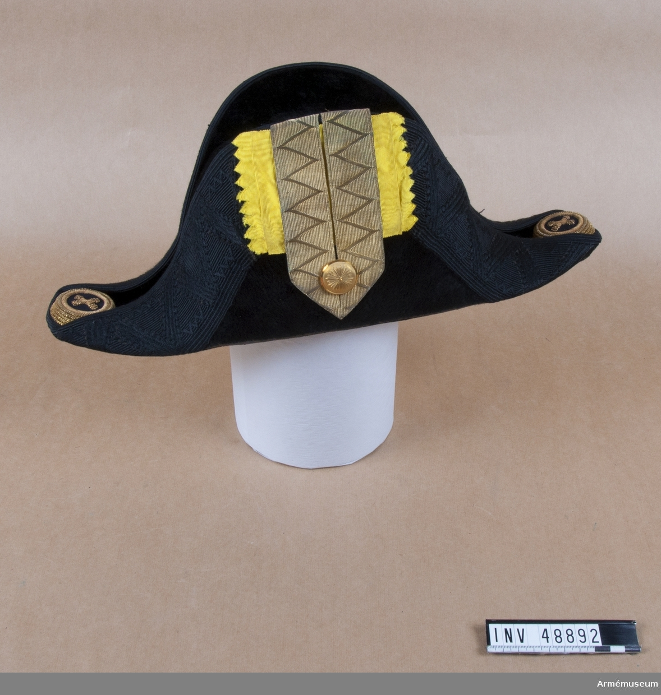 Grupp C I. Trekantig hatt med samhörande hattask.
