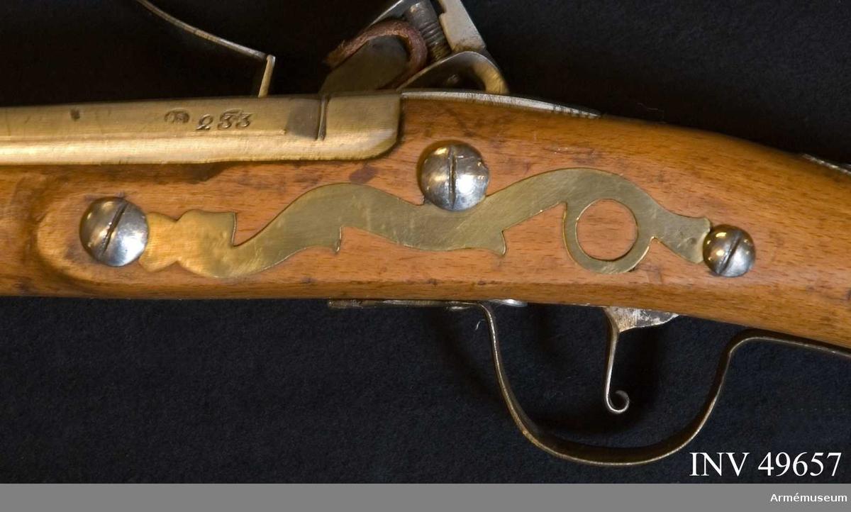 """Grupp E XIV. Loppets relativa längd är 71 kal. Afrikanskt gevär med flintlås. Stocken är skadad längst fram. Låset är signerat """"I'ANNELY""""."""