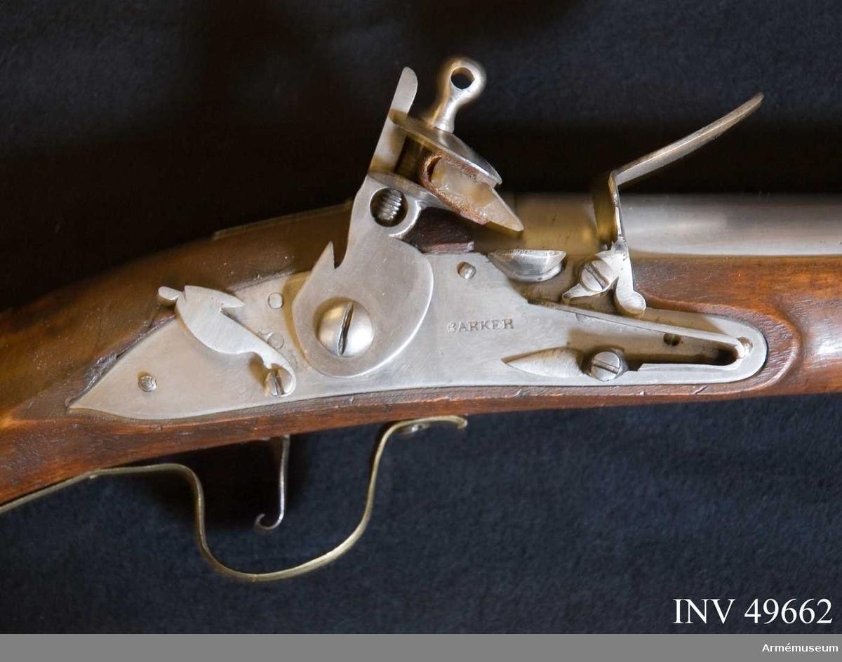Grupp E XIV. Loppets relativa längd är 75,8 kal.Afrikanskt gevär med flintlås. Pipan är längre och kolvens form  är annorlunda än på AM.049655-9. Barker. På kolven högra sida återfinns numren 26 och 166.
