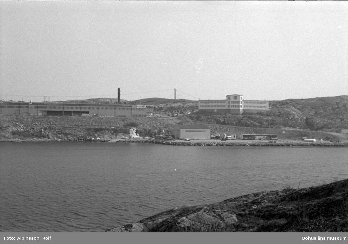 """Enligt fotografens noteringar: """"Abbafabriken från Grindholmen på olika ställen.""""  Fototid: 1996-04-03."""