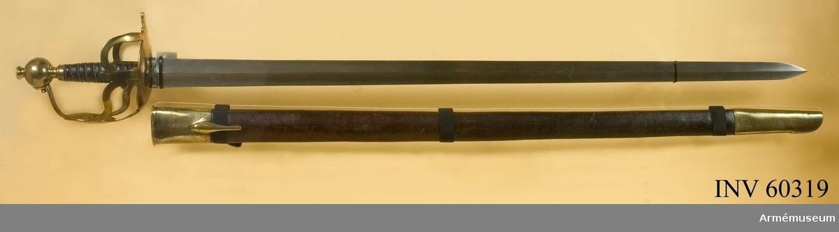 Grupp D II.  Baljan är klädd med brunt läder och släpsko samt munbleck, av vilka det sistnämnda är försett med koppelhake. På nedre och en del av främre kanten är släpskon försedd med stålskonig.