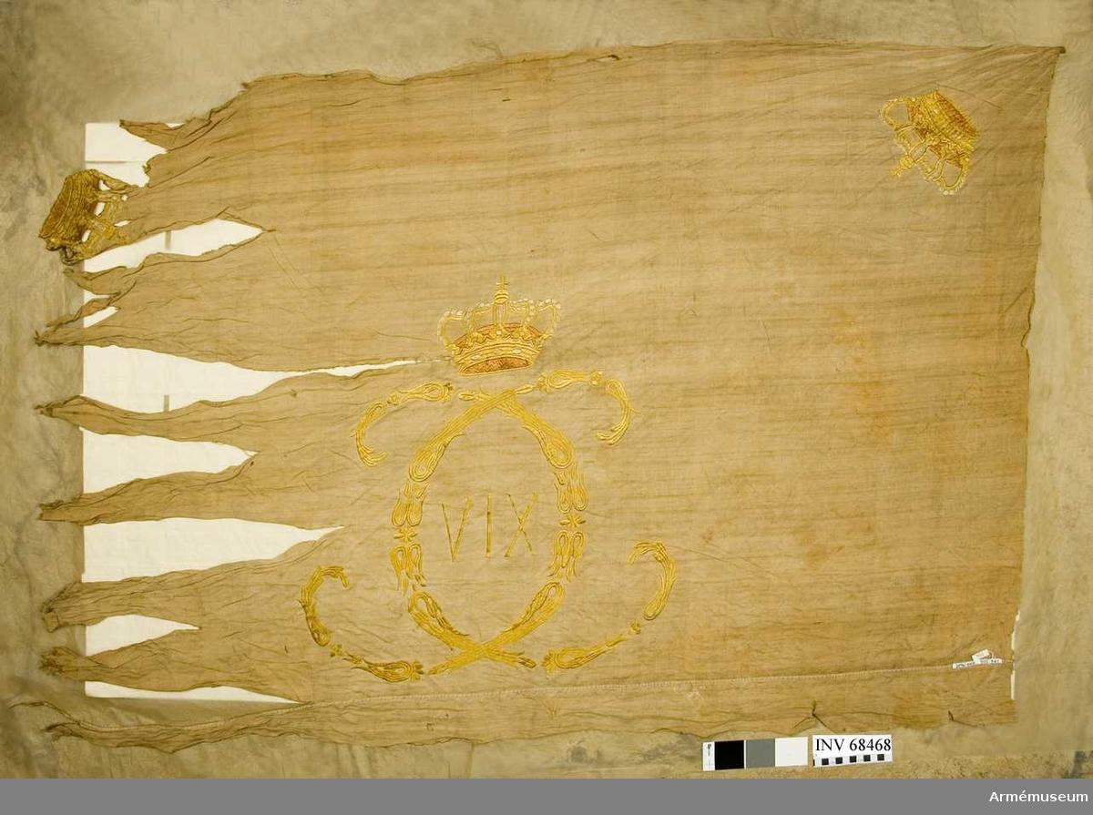 Vit linnelärft i två våder med broderier i gult silke