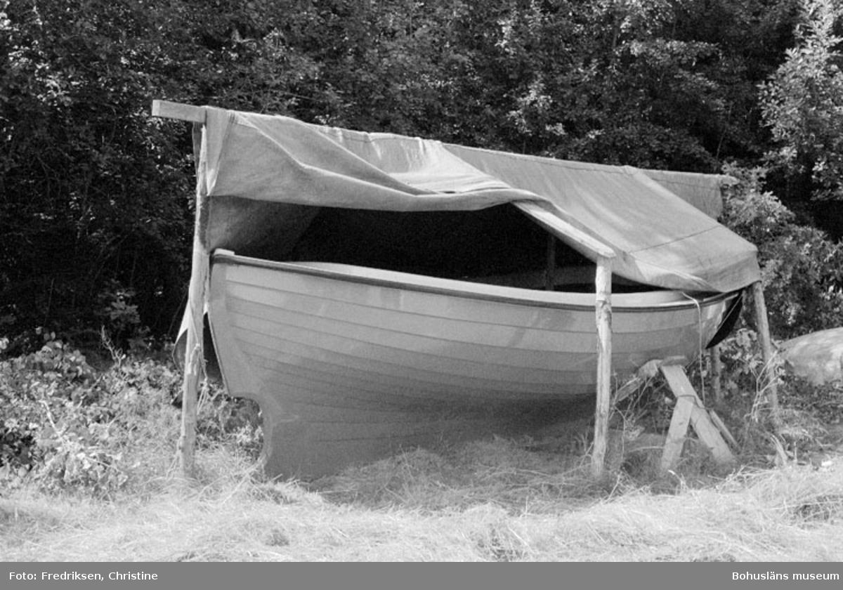"""Motivbeskrivning: """"Askeröns Marina AB, St. På bilden syns en """"Svenningssnipa"""" ritad av Bror Svenningsson, Marstrand. Snipan byggdes vid Askeröns Båtvarv 1963-1964 och plastades i början av 1970-talet. Bilden tagen på St. Askerön."""" Datum: 1980-07-23"""