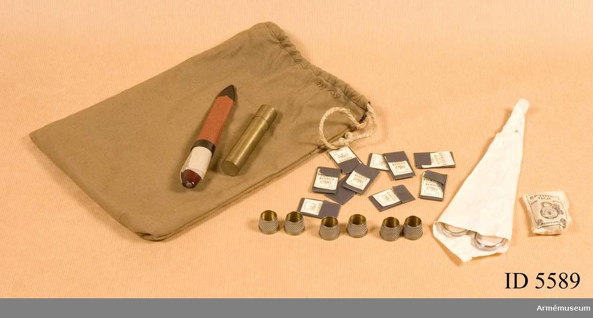 Grupp C III. 12 delar sax, kniv, fingerskydd, synålsbrev, hänglås, tub, påse.